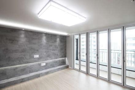 창원시 성산구 대방동 성원 3차아파트 인테리어: 까사델오키드의  거실