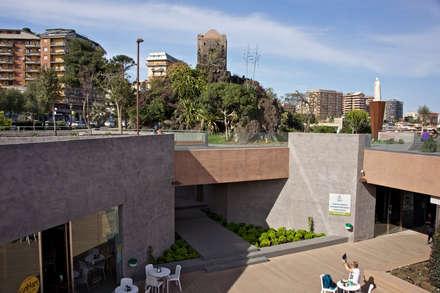 Piazza Europa - Catania: Pareti in stile  di Biocity Engineering Srl
