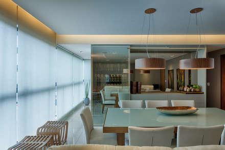 Armário Cristaleira : Salas de jantar modernas por Renata Basques Arquitetura e Design de Interiores