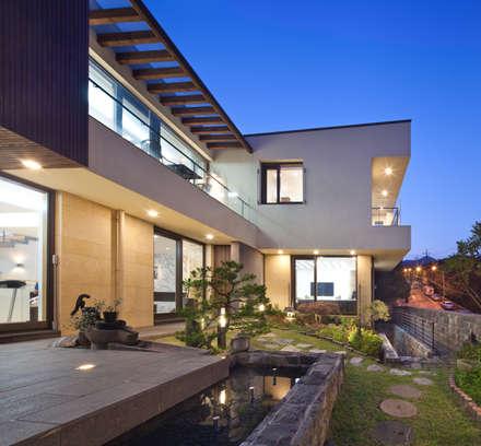 1층 마당 야경: (주)건축사사무소 모도건축의  정원