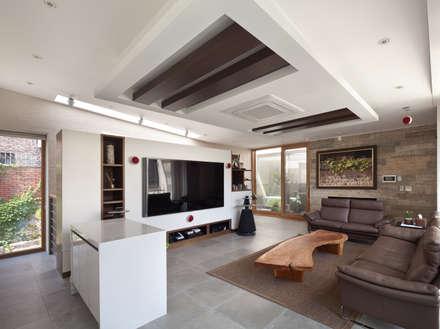 2층 가족실: (주)건축사사무소 모도건축의  거실