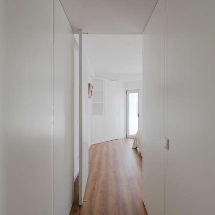Xavi House: Closets minimalistas por Contexto ®