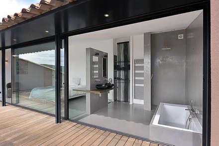 Réinvention / La Cadière d'Azur : Salle de bain de style de style Méditerranéen par Atelier Jean GOUZY