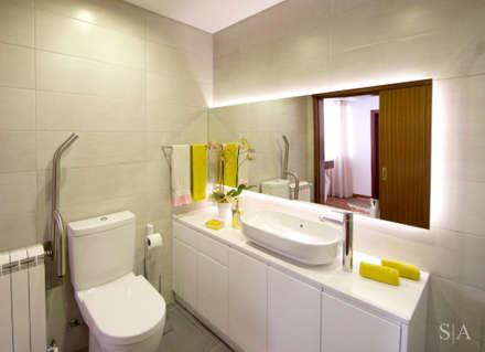 Remodelação interior: Casas de banho campestres por Sandra Almeida Arquitectura e Interiores