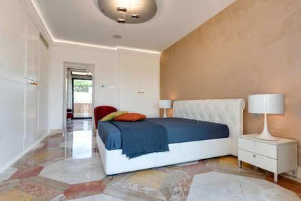 La camera da letto.: Camera da letto in stile in stile Moderno di Gruppo Castaldi