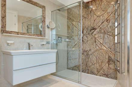 Il marmo in ogni ambiente.: Bagno in stile in stile Moderno di Gruppo Castaldi