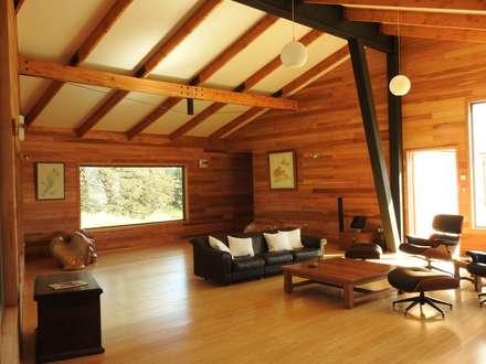 VISTA INTERIOR ESTAR: Livings de estilo moderno por U.R.Q. Arquitectura