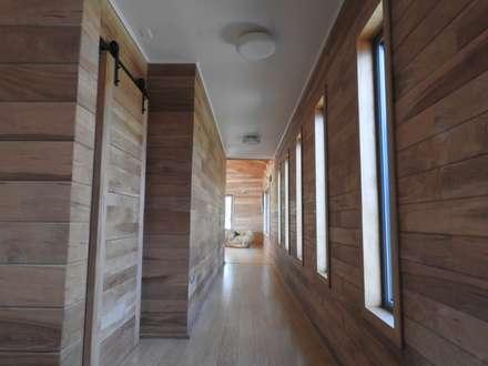 PASILLOS INTERIORES: Pasillos, hall y escaleras de estilo  por U.R.Q. Arquitectura