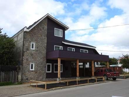 FACHADA PRINCIPAL: Casas de estilo ecléctico por U.R.Q. Arquitectura