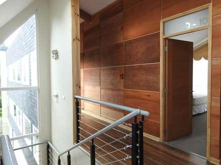 Apart Hotel Madero : Pasillos, hall y escaleras de estilo  por U.R.Q. Arquitectura