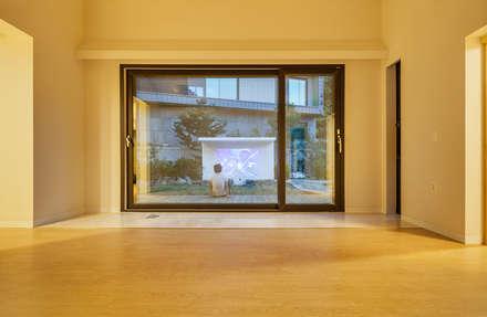 S.L.Y 용인 주택: 건축사사무소 어코드 URCODE ARCHITECTURE의  창문