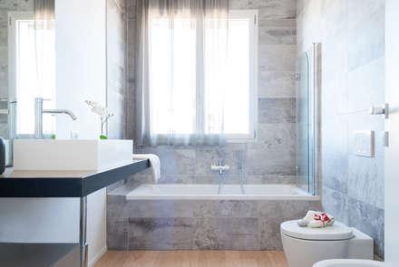 Bagno minimal: Bagno in stile in stile Minimalista di Made with home