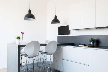 Penisola: Cucina in stile in stile Minimalista di Made with home