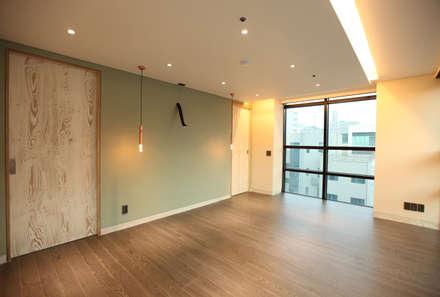 modern Dressing room by atelierBASEMENT