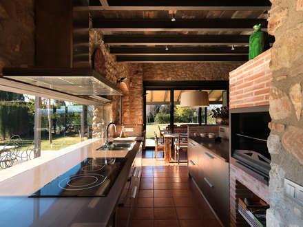 VIVIENDA UNIFAMILIAR AISLADA EN SIURANA, ALT EMPORDÀ: Cocinas de estilo rústico de Irabé Projectes