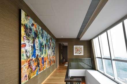 RS邸: Sen's Photographyたてもの写真工房すえひろが手掛けた廊下 & 玄関です。