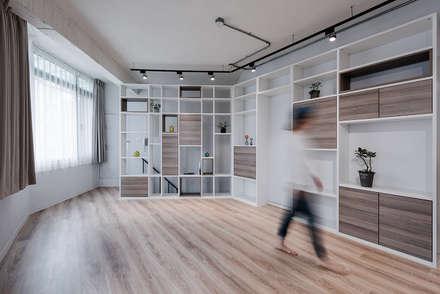 5F起居室:  嬰兒/兒童房 by 隹設計 ZHUI Design Studio