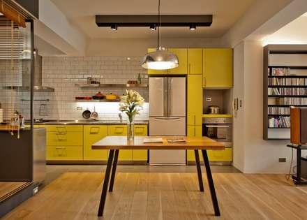 台北黃宅:  廚房 by 直方設計有限公司