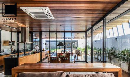 Integração: Salas de jantar modernas por Cornetta Arquitetura
