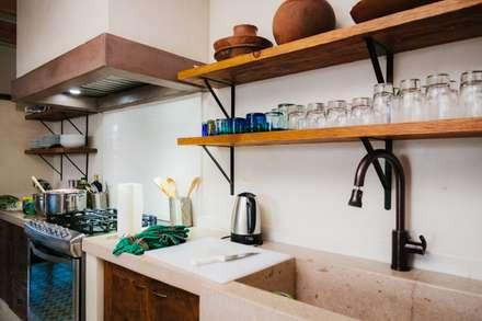 CASA AGUA LUNA: Cocinas de estilo ecléctico por HA Arquitectos