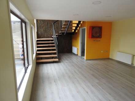 CAJA NEGRA Oficinas : Pasillos, hall y escaleras de estilo  por U.R.Q. Arquitectura