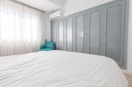 ¡Menudo cambio!: Dormitorios de estilo moderno de eM diseño de interiores