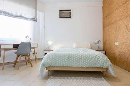 ¡Como nos gusta el corcho!: Dormitorios de estilo moderno de eM diseño de interiores