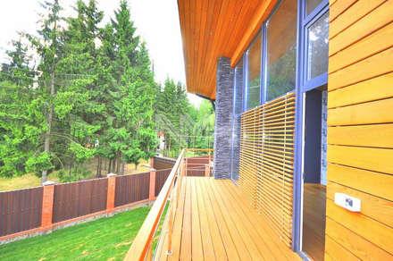 Дом из натуральных материалов в стиле хай-тек: Сады в . Автор – New Moscow House