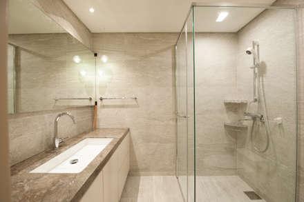 따뜻한 그레이질감의 욕실: 영보디자인  YOUNGBO DESIGN의  화장실