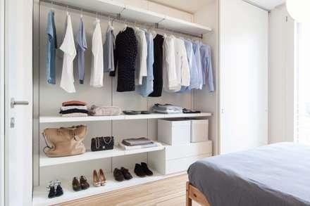 armadio: Camera da letto in stile in stile Minimalista di Didonè Comacchio Architects