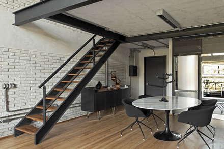Industrial Loft II: Corredores, halls e escadas modernos por DIEGO REVOLLO ARQUITETURA S/S LTDA.