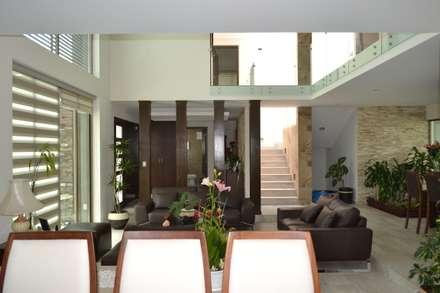 Vista de comedor a estancia: Salas de estilo moderno por ANTARA DISEÑO Y CONSTRUCCIÓN SA DE CV
