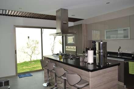 Cocina con desayunador: Cocinas de estilo moderno por ANTARA DISEÑO Y CONSTRUCCIÓN SA DE CV
