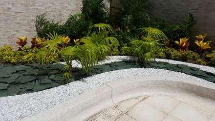 CONJUNTO MEDITERRANEAN TOWERS - BARRANQUILLA - COLOMBIA: Jardines de estilo tropical por BRASSICA SOLUCIONES PAISAJISTICAS S.A.S.