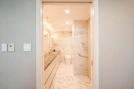 마스터 욕실: 영보디자인  YOUNGBO DESIGN의  화장실