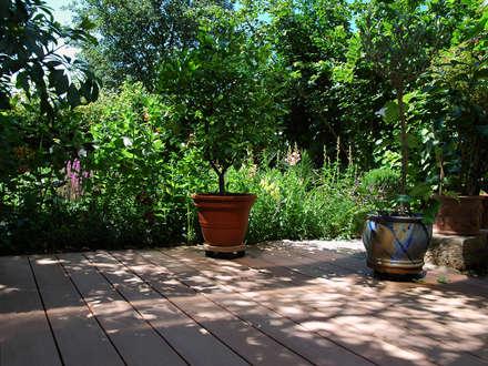 Die Gartengestaltung harmoniert mit der Terrasse:  Terrasse von MYDECK GmbH