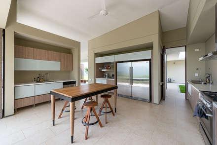Casa La Siria: Cocinas de estilo tropical por toroposada arquitectos sas