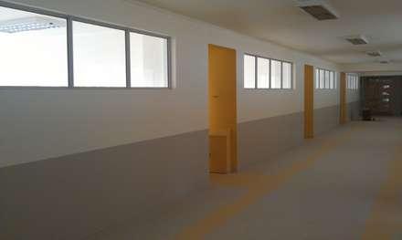 LICEO JUAN PABLO II - COYHAIQUE: Escuelas de estilo  por Dušan Marinković - Arquitectura