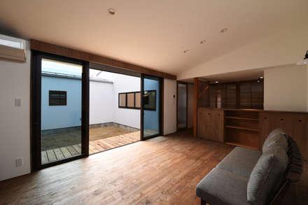 アウトドアが日常になる中庭を囲む家: 加藤淳一級建築士事務所が手掛けた窓です。