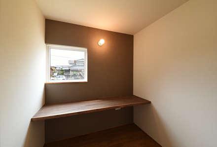 アウトドアが日常になる中庭を囲む家: 加藤淳一級建築士事務所が手掛けた書斎です。