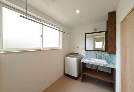 アウトドアが日常になる中庭を囲む家: 加藤淳一級建築士事務所が手掛けたサンルームです。