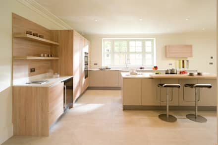 Cashmere and Natural Oak Veneer Handleless Kitchen: modern Kitchen by Urban Myth