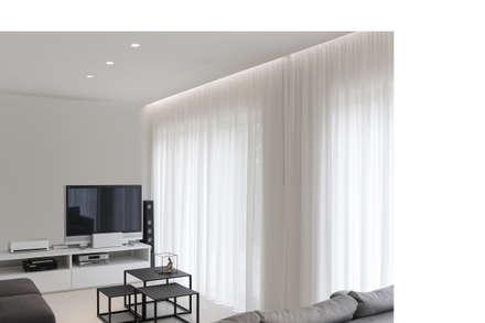Bianco Continuo: Sala multimediale in stile  di Melissa Giacchi Architetto d'Interni