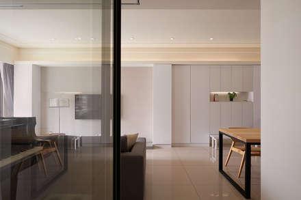 過道端景與機能和鳴:  牆壁與地板 by 趙玲室內設計
