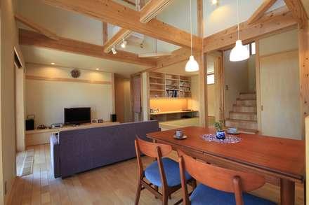 長屋根の家: 田村建築設計工房が手掛けたダイニングです。