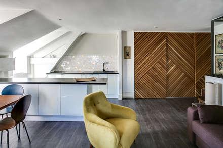 SOUS LES TOITS, BORDEAUX: Salon de style de style Moderne par Audrey Boey