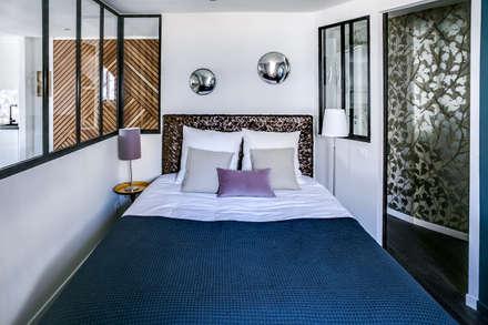 SOUS LES TOITS, BORDEAUX: Chambre de style de style Moderne par Audrey Boey