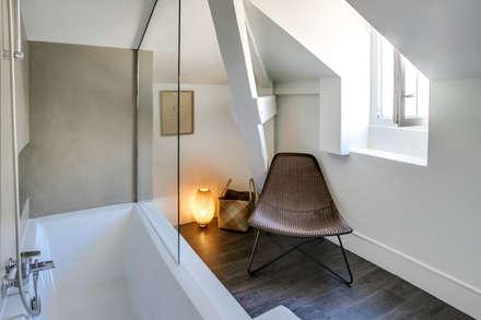 SOUS LES TOITS, BORDEAUX: Salle de bain de style de style Moderne par Audrey Boey