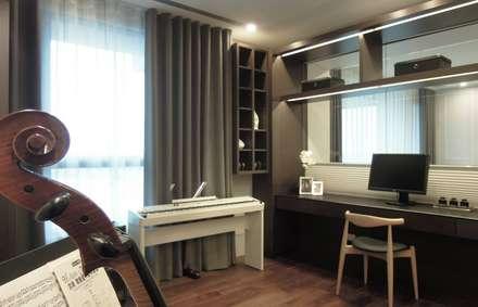 Oficinas de estilo  por 構築設計