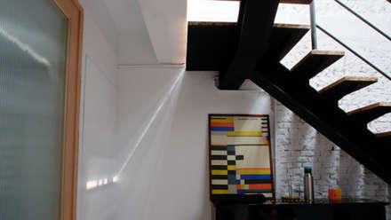 House toward Sky 鍾宅:  牆壁與地板 by 構築設計